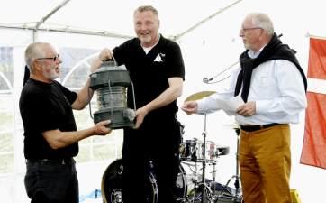Jørgen Haagen Nielsen og havnefoged Allan Vodder overrækker Havnens gave til Havneforeningens formand: Den gamle grønne indsejlingslanterne fra nordre mole, som blev udskiftet i starten af 1990 erne