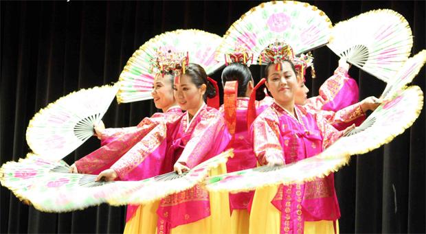 Korea fan dancers