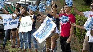 Students holding ʻthank youʻ signs and waving pompoms
