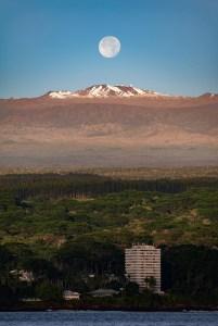 Full moon rising above Maunakea