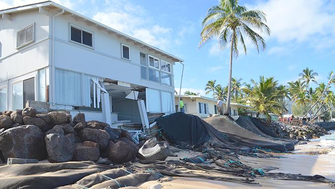 Extensa erosão costeira perto de casas em Mokuleia na costa norte de Oahu. Crédito: Brad Romine.