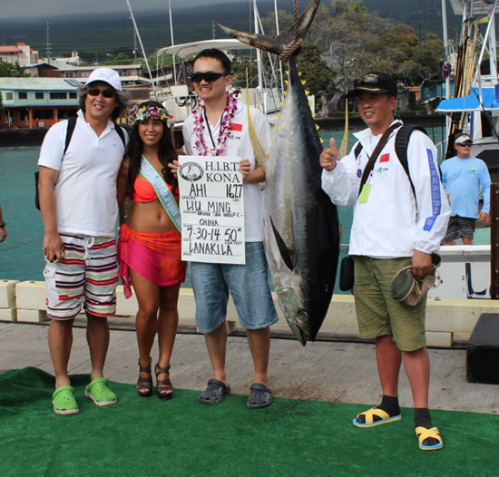 China Sea Wolf Club angler Liu Ming celebrates his catch with teammates and Miss Billfish Nicolette Noelani Palacol. (Hawaii 24/7 photo by Karin Stanton)