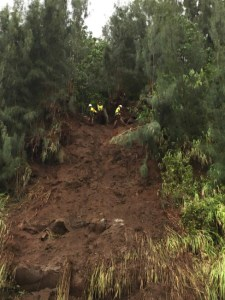 Crews work to mitigate possible landslides and loose boulders on the slopes of Kaawalii Gulch Saturday, August 25, 2018. HDOT Photo