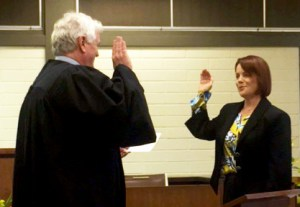 Chief Justice Mark E. Recktenwald swears in Mahilani E.K. Hiatt as judge of the District Family Court of the Third Circuit.