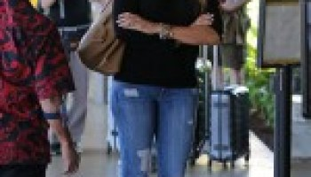 17cfa815db4f6 SOFIA VERGARA in Ripped Jeans at the Airport in Hawaii