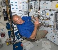 האסטרונאוט דייויד וולף מבצע את משימותיו ביום הראשון של משימה STS-127 - בדיקות מגן החום והכנה למפגש עם תחנת החלל