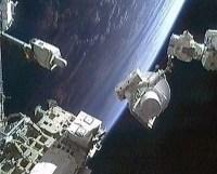 העברת חלקי החילוף לתא האיחסון במסגרת הליכת החלל אמש. צילום: נאס''א