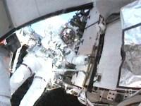 כריס קאסידי עובד מחוץ לחללית בהליכת החלל השלישית במבצע האנדוור STS-127. בגלל עודף דו תחמוצת הפחמן בחליפה שלו נאלצה נאס