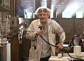 """כריסטופר לויד בתפקיד דוק בראון, ממציא מכונת הזמן בסרט """"בחזרה לעתיד"""". תמונת יח""""צ"""