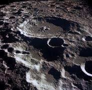 מכתש ירחי מתוך ויקיפדיה (מכתש דדאלוס בצידו הרחוק של הירח). לא פורסמה במאמר תמונה של המכתש המדובר