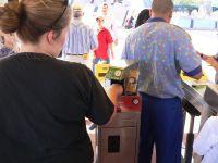 מתקן זיהוי ביומטרי בכניסה לאחד הפארקים של דיסני בפלורידה. מתוך ויקיפדיה