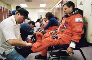 """אילן רמון ז""""ל עוטה בעת האימונים את חליפת החלל, 2002. צילום: נאס""""א"""