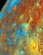 כוכב חמה בצבעים מלאכותיים, כפי שצולם מהחללית מרקורי מסנג'ר.