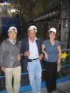 מימין: פרופ' שלומית טרם, פרופ' גיורא מיקנברג, פרופ' הירו יואסאקי על רקע החיישנים במתקן אטלס ב-CERN שרובם יוצרו בישראל ומקצתם ביפן. (צילום: אבי בליזובסקי, יולי 2008)