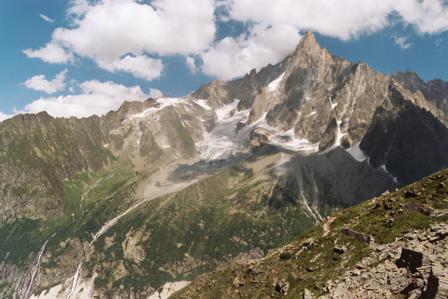 עמק שאמוני בהרי האלפים הצרפתיים. שלג העד נמס. צילום: מתוך ויקיפדיה