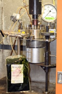 חוקרים חיממו אצות במכשיר הדומה לסיר לחץ כדי להפיק ביו-דלק גס. צילום: Nicole Casal Moore