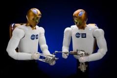 """הרובנאוט R2 בפעולה לקראת שיגורו לתחנת החלל הבינלאומית. צילום: נאס""""א"""