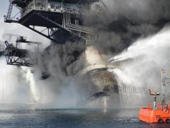 הנסיונות להלחם בדליפת הנפט מאסדת הקידוח של בריטיש פטרוליום במפרץ מקסיקו, אפריל 2010. צילום: נשיונל ג'יאוגרפיק המוקרנים בסרט ב-8 ביוני