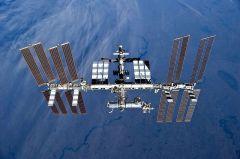 תחנת החלל הבין לאומית כפי שנראתה ב 17 באפריל 2010 מן המעבורת דיסקברי בזמן עזיבתה את התחנה
