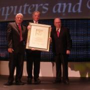 מיכאל רבין מקבל את פרס דן דוד לשנת 2010 בתחום המיחשוב והתקשורת מידיהם של פרופ' איתמר רבינוביץ' ודני לויתן