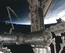 """המעבורת אטלנטיס עוגנת בתחנת החלל, 16 במאי 2010. צילום: נאס""""א"""