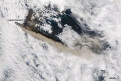 """הר הגעש Eyjafjallajökull כפי שצולם ב-12 במאי ממצלמת MODIS על אחד מהלווינים הצופים על כדור הארץ. צילום באדיבות ג'ף שמאלץ, צוות התגובה של נאס""""א GSFC"""
