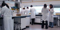 חוקרים במעבדה באוני' רוחה בספרד. מתוך ויקיפדיה. למצולמים אין קשר לנושא הכתבה