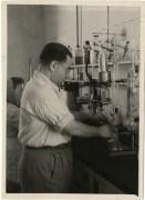 שלום שראל במעבדתו של פרופ' משה ויצמן, מכון זיו - לימים מכון ויצמן, 1946