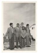 מימין: יואל רקח, גדעון יקותיאלי, יגאל תלמי ועמוס דה-שליט, לאחר כנס מדעי בבזל, ספטמבר 1949