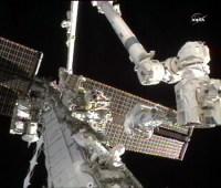 מהנדסי הטיסה של הצוות ה-24, דאג וילקוק וטרייסי קולדוול דייסון עובדים על החלפת משאבת האמוניה המקולקלת מחוץ לתחנת החלל הבינלאומית, 11 באוגוסט 2010. צילום: NASA TV