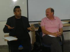 סיימון סינג ואדזארד ארנסט, מחברי הספר ריפוי או פיתוי בהרצאה בקמפוס ברושים, 18 באוקטובר 2010. צילום: אבי בליזובסקי