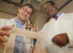 חוקרי אוניברסיטת בראון, אהרון סוצ'ה (משמאל) וג'ייסון סלו, מדגימים את תהליך ייצור הביו דיזל