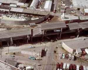 כביש בין ארצי 880 אוקלנד, קליפורניה, לאחר רעידת אדמה בשנת 1989. מתוך ויקיפדיה