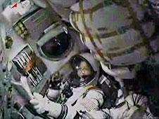 חברי הצוות ה-26 של תחנת החלל הבינלאומית קטרין קולמן יושבת בכסא החללית סויוז TMA-20 במהלך הטיפוס למסלול. קולמארט ועמיתיה דימיטרי קונדראטייב ופאולו נספולי (מחוץ לפריים) שוגרו בזמן לתחנת החלל הבינלאומי. צילום: NASA TV