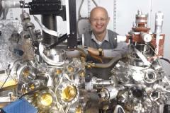 פרופסור אלון הופמן במעבדה