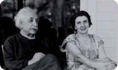 פרופ' אלברט איינשטיין עם המזכירה, הלן דוקאס. צילום באדיבות ארכיון איינשטיין, האוניברסיטה העברית בירושלים