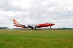 ה-747-8 אינטרקונטיננטל עם הגיעו לצרפת הבוקר
