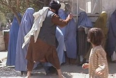 אנשי משטרת הדת של טליבאן מכים אישה באמצע הרחוב. 26 באוגוסט 2001. מתוך ויקיפדיה, מקור ראשוני אתר RAWA.ORG