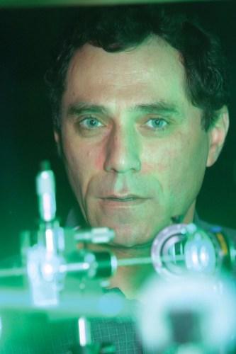 פרופ' מוטי שגב במעבדה. צילום: ניצן זוהר, דוברות הטכניון