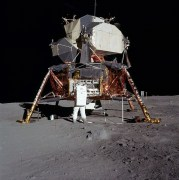 באז אלדרין על רקע כלי הנחיתה הירחי - אפולו 11, יולי 1969