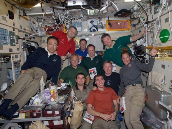 טקס הפרידה בהשתתפות חברי הצוות ה-28 של תחנת החלל הבינלאומית והצוות האחרון של מעבורת החלל אטלנטיס ברכיב זבזדה של תחנת החלל, 18 ביולי 2011
