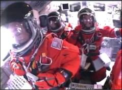 האסטרונאוטים במעבורת אטלנטיס בעת הטיפוס לחלל, 8/7/2011. צילום: NASA TV