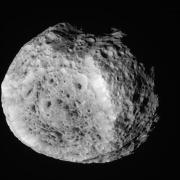 """החללית קאסיני צילמה תמונה זו של הירח השבתאי היפריון ב-25 באוגוסט 2011. צילום: נאס""""א/קאלטק"""