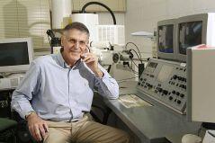 פרופ' דן שכטמן במעבדתו ליד מיקרוסקופ האלקטרונים. צילום: הטכניון
