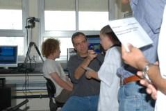"""תלמידים במרכז למדעים בהרצליה שואלים שאלות את האסטרונאוט מייק פוסום בתחנת חובבי הרדיו הממוקמת בביה""""ס. צילום: ד""""ר יורם רוסלר"""