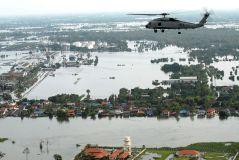 מסוק של הצי האמריקני טס מעל אחד מפרברי בנגקוק השקוע במי השטפונות, 22 באוקטובר 2011. מתוך ויקיפדיה