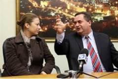 שר התחבורה ישראל כץ מארח את טניה רוזנבליט שהוטרדה באוטובוס בעת שישבה בחלקו הקדמי. צילום: ששון תירם, עבור משרד התחבורה