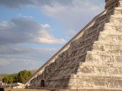 הפירמידה הגדולה בצ'יצ'ן איצטה במקסיקו ביום השוויון האביבי. מתוך ויקיפדיה