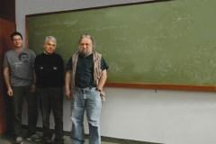 """מימין: פרופ' אלכסנדר זמולודצ'יקוב, פרופ' אדם שווימר וד""""ר זוהר קומרגודסקי. שדות קוונטיים. צילום: מכון ויצמן"""