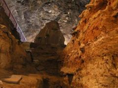 החלק התחתון של מערת וונדרוורק בדרום אפריקה שהחפירה בה חשפה שרידי מדורות בנות מילון שנה. צילום: אוניברסיטת טורונטו והאוניברסיטה העברית